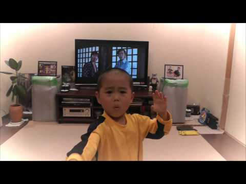5 yo Kid acting Bruce Lee's nunchaku scene